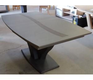 Table O en chêne forme tonneau pied en Y 180x105cm avec 1 allonge de 40cm 2332€ net TTC + 9.50€ d'éco-participation (le modèle exposé)